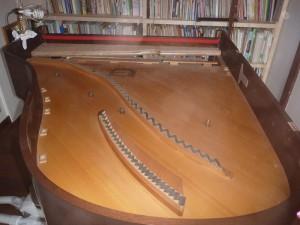 フレームが外された後のグランドピアノの響板の様子